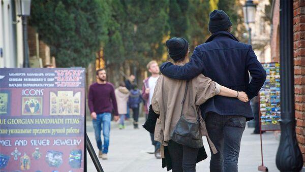 Влюбленные прогуливаются по одной из улиц в центре Тбилиси - Sputnik Грузия