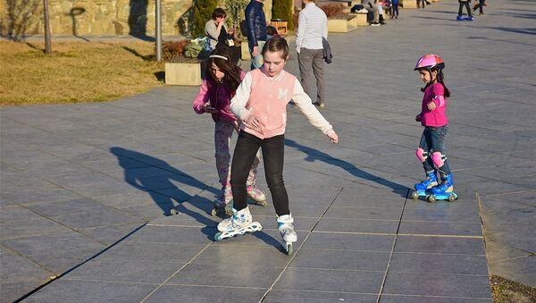 Дети катаются на роликах в парке Рике на тбилисской набережной - Sputnik Грузия