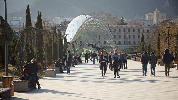 საქართველოს დედაქალაქის სტუმრები და მაცხოვრებლები მშვიდობის პარკში სეირნობენ - Sputnik საქართველო