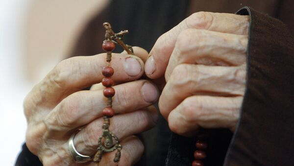 Пожилая женщина молится - Sputnik Грузия