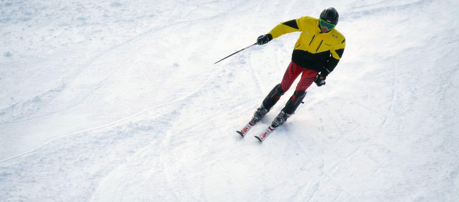 Лыжник на высокогорном зимнем курорте в Бакуриани - Sputnik Грузия, 1920, 12.02.2021