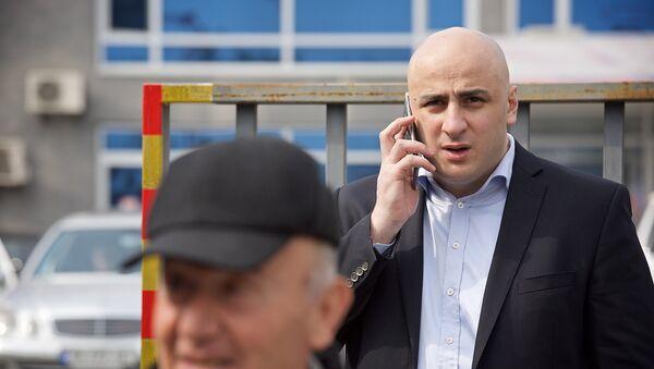 Председатель политсовета Единого нацдвижения Ника Мелия у здания Рустави 2 - Sputnik Грузия