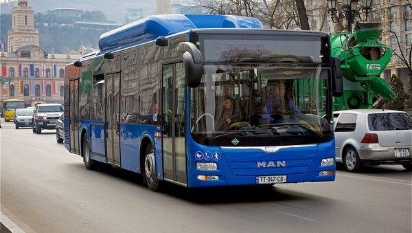 Один из новых синих рейсовых автобусов MAN в центре Тбилиси - Sputnik Грузия