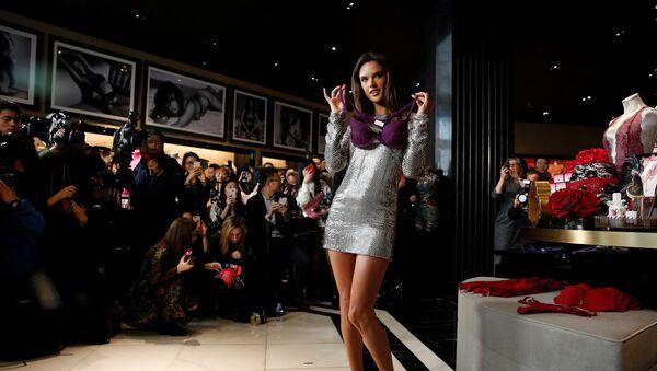 მოდელი ალესანდრა ამბროზიო წარმოადგენს ქალის თეთრეულის ახალ კოლექციას შანხაიში Victoria's Secret-ის ყველაზე დიდი მაღაზიის გახსნის ცერემონიაზე - Sputnik საქართველო