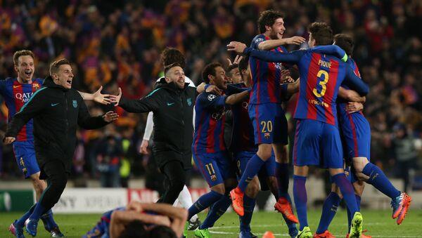 Футболисты Барселоны радуются своей победе после завершения матча с ПСЖ - Sputnik Грузия