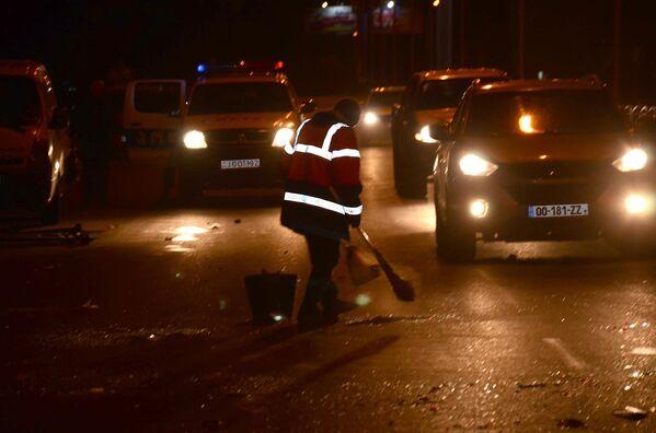 Сотрудник службы очистки участвует в уборке улиц Батуми после ликвидации беспорядков в центре города - Sputnik Грузия