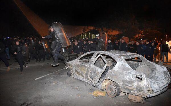 Полиция наводит порядок на улицах Батуми после начала погромов участниками стихийной акции протеста - Sputnik Грузия