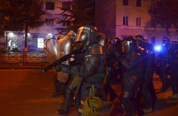 Полицейский спецназ принимает участие по наведению порядка в центре Батуми - полицейские использовали дубинки и резиновые пули - Sputnik Грузия
