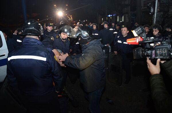 Сотрудники полиции задерживают одного из участников беспорядков в Батуми - Sputnik Грузия