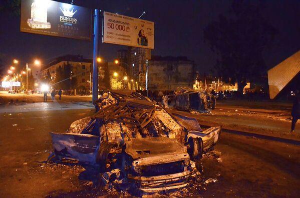 Десятки автомобилей были сожжены в ходе беспорядков на улице Чавчавадзе в центре Батуми - Sputnik Грузия