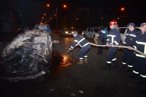 Пожарные тушат один из сожженных в ходе беспорядков в Батуми автомобилей - Sputnik Грузия