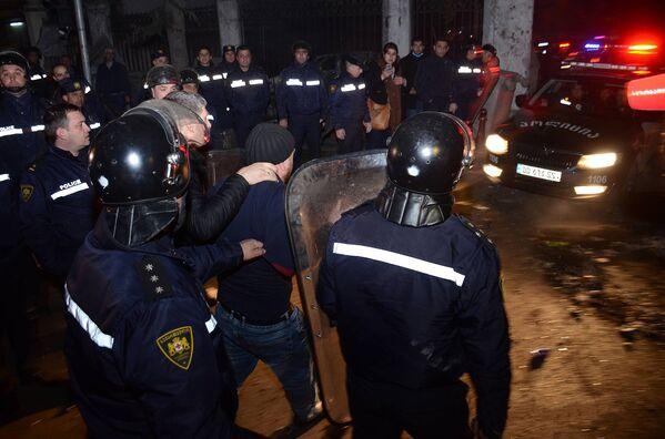 Сотрудники полиции ведут одного из задержанных участников беспорядков в Батуми - Sputnik Грузия