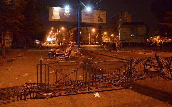 Сожженные машины на проспекте в Батуми - последствия беспорядков - Sputnik Грузия
