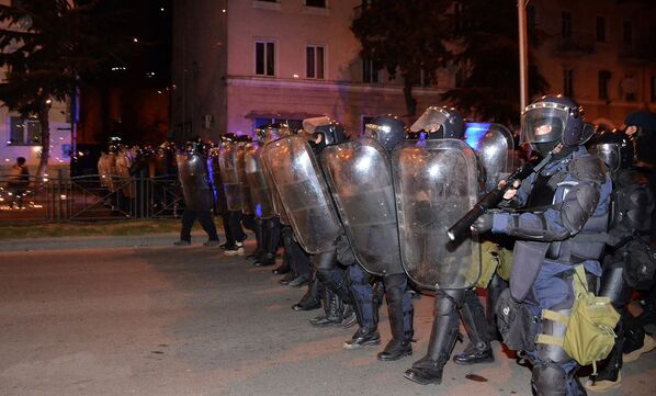 Полицейский спецназ для наведения порядка в центре Батуми и устранения беспорядков был вынужден применить резиновые пули - Sputnik Грузия