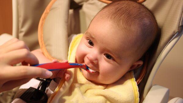 პატარა ბავშვის კვების პროცესი - Sputnik საქართველო