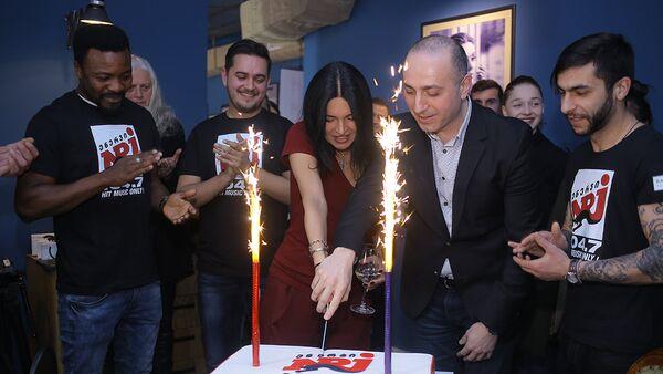 Французская музыкальная радиостанция NRJ начала вещание в Грузии - Sputnik Грузия