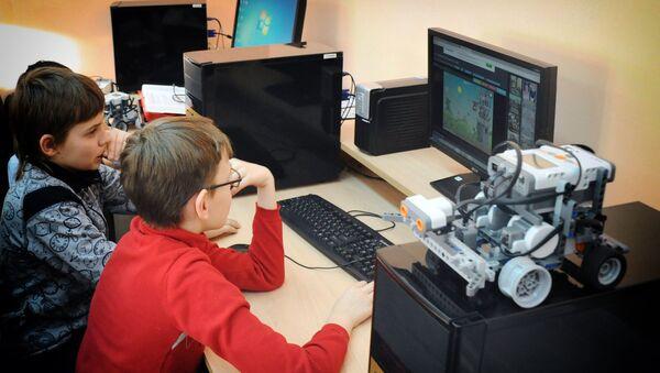 Дети сидят за компьютером  - Sputnik Грузия