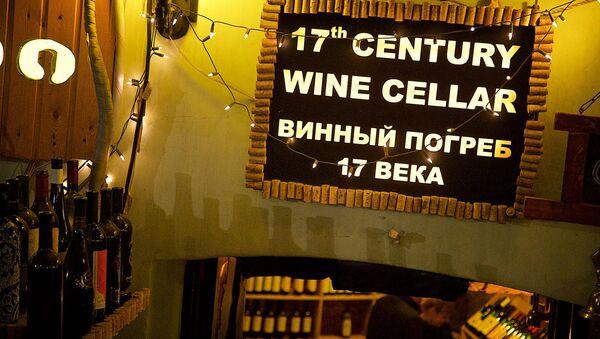 Вывеска на одном из винных ресторанов в столице Грузии - Sputnik Грузия