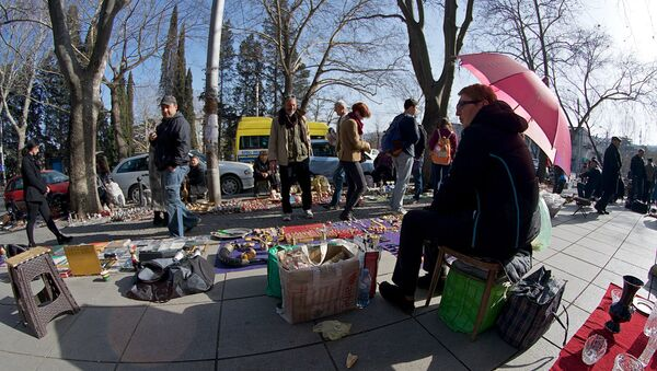 Торговцы и туристы на блошином рынке на Сухом мосту в центре Тбилиси - Sputnik Грузия