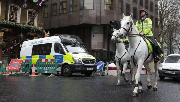 Полицейские на лошадях патрулируют территорию у Вестминстерского моста в Лондоне после нападения - Sputnik Грузия