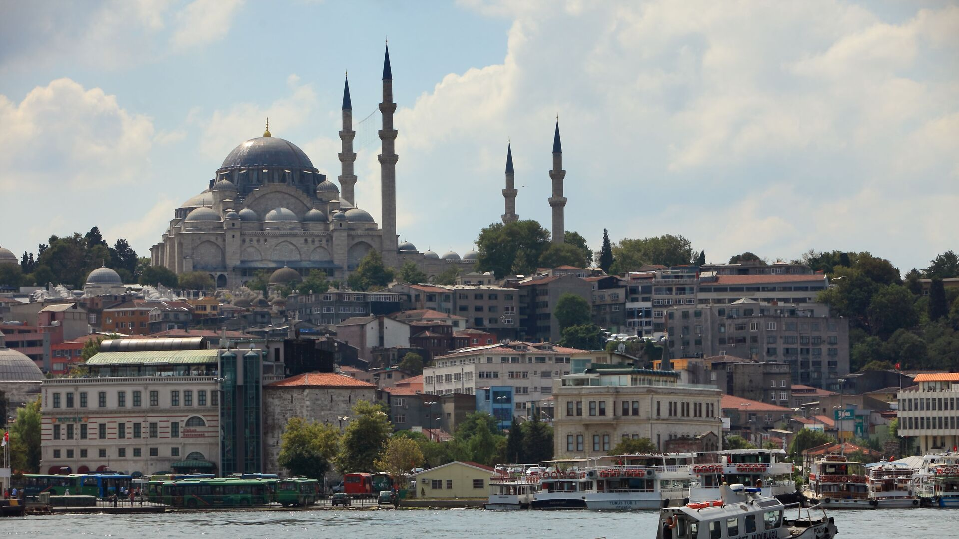 Вид на Голубую мечеть через пролив Босфор в Стамбуле, Турция - Sputnik Грузия, 1920, 02.06.2021