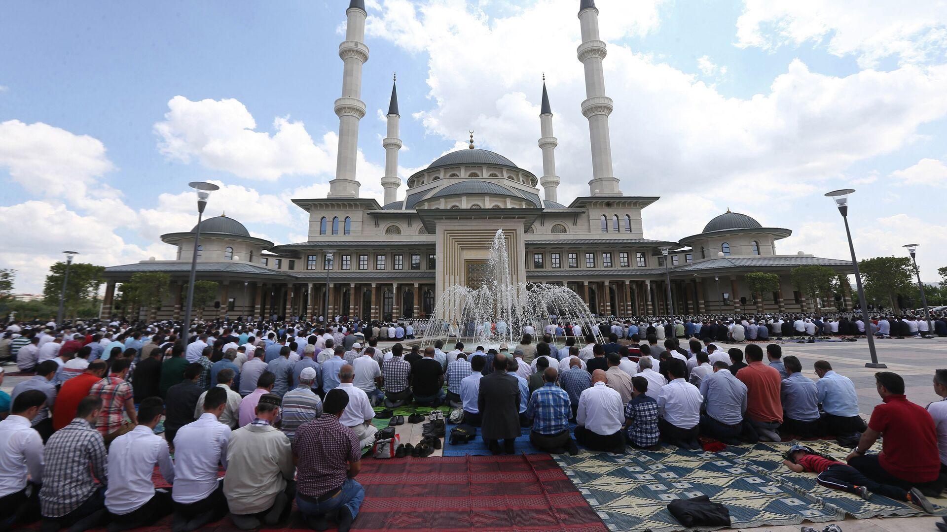 Турецкие мусульмане молятся на территории президентского дворца Турции в Анкаре - Sputnik Грузия, 1920, 06.09.2021
