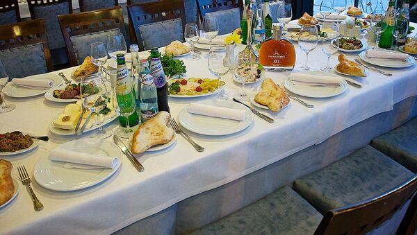 Накрытый стол в одном из тбилисских ресторанов - Sputnik Грузия