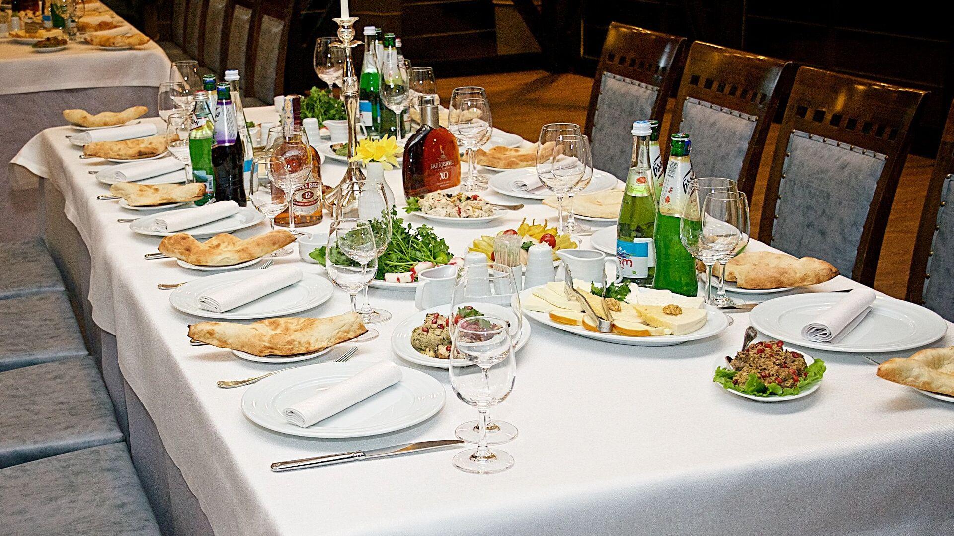 Накрытый стол в одном из тбилисских ресторанов - Sputnik Грузия, 1920, 01.09.2021