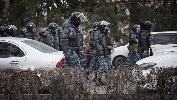 Сотрудники МВД у здания КНГБ после разгона митингующих в Бишкеке - Sputnik Грузия