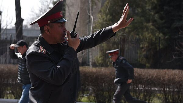 Сотрудники МВД и милиции во время митинга оппозиции в Бишкеке - Sputnik Грузия