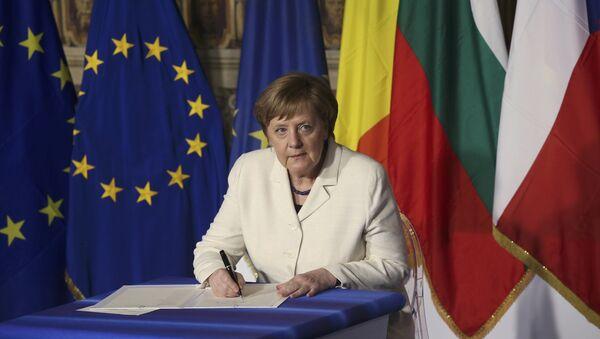 Канцлер Германии Ангела Меркель подписывает документ во время встречи лидеров ЕС в связи с 60-летием Римского договора в Риме, Италия - Sputnik Грузия