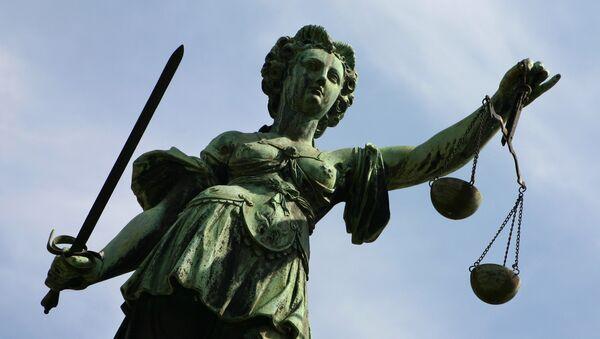 Фигура Правосудие украшает фонтан перед Ратушной Ремер во Франкфурте-на-Майне. Аллегория правосудия символизирует справедливость, законность и справедливый суд - Sputnik Грузия