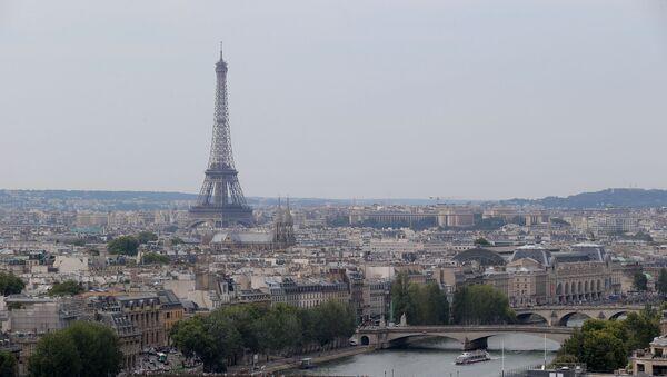 Эйфелева башня над рекой Сена в Париже - Sputnik Грузия