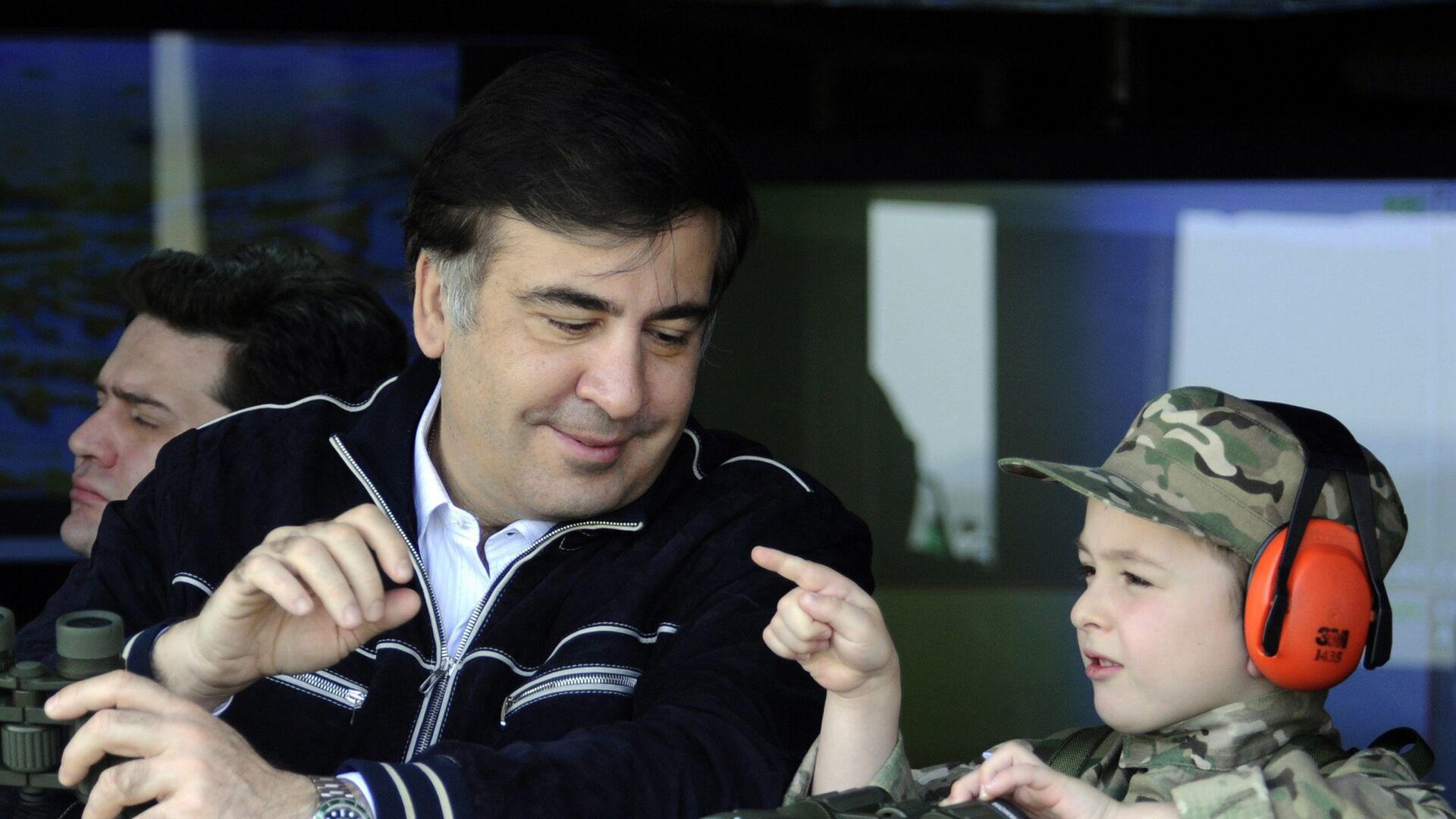 Президент Грузии Михаил Саакашвили (слева) и его сын Николоз на учениях на военной базе Вазиани - Sputnik Грузия, 1920, 13.10.2021