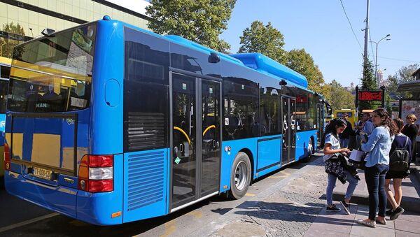 Автобус на остановке в центре Тбилиси - Sputnik Грузия