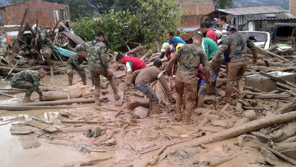 Последствия селевого потока в Колумбии - представители колумбийской армии помогают ликвидировать последствия стихийного бедствия - Sputnik Грузия