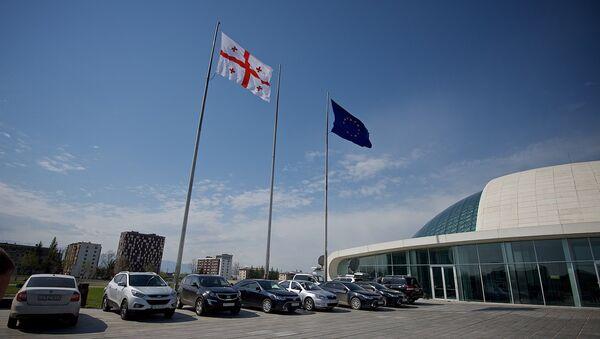Флаги Грузии и Евросоюза у здания парламента Грузии - Sputnik Грузия