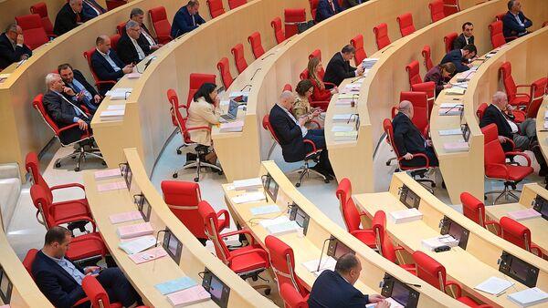 Пустующие места в зале заседаний парламента Грузии в ходе дебатов после выступления президента страны Георгия Маргвелашвили - Sputnik Грузия