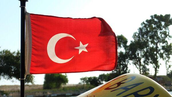 Флаг Турции на катере одного из отелей Антальи - Sputnik Грузия