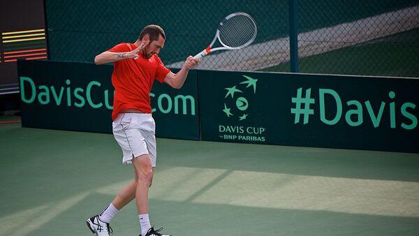 Грузинский теннисист Георгий Цивадзе участвует в одной из встреч против команды Литвы в рамках Кубка Дэвиса - Sputnik Грузия