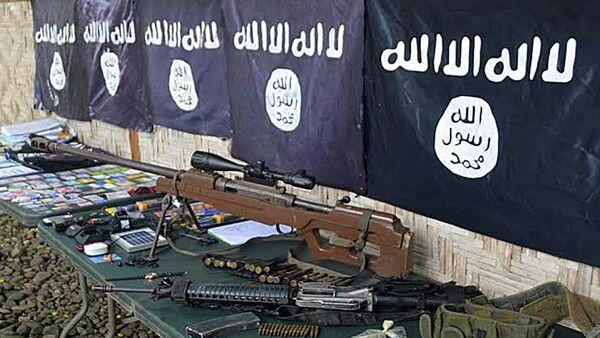 Оружие и флаги ИГИЛ, изъятые у боевиков исламистской радикальной группировки - Sputnik Грузия