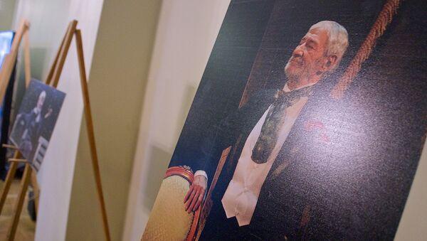 Портреты актера Гиви Берикашвили в фойе театра Марджанишвили - Sputnik Грузия