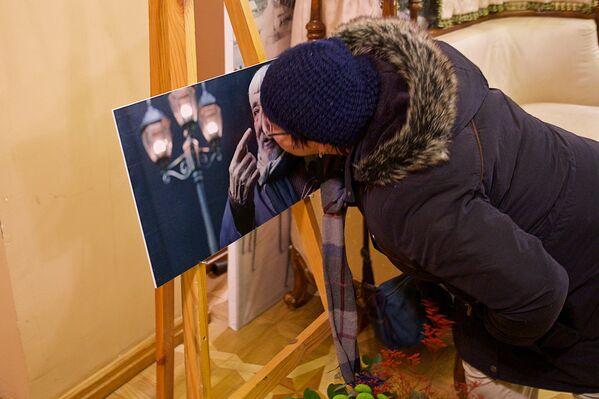 Женщина целует портрет актера Гиви Берикашвили в фойе театра Марджанишвили во времмя проведения гражданской панихиды - Sputnik Грузия