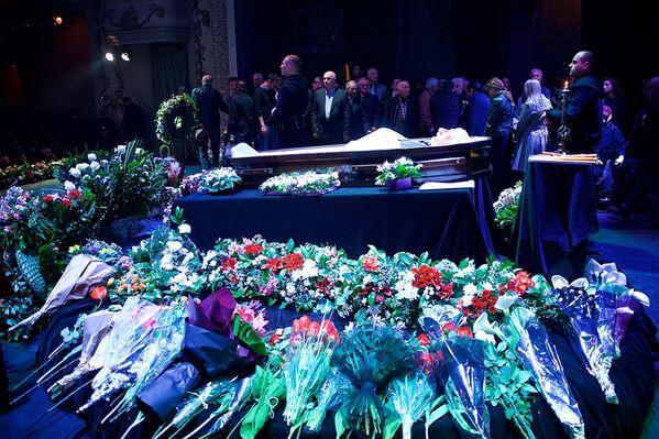 Тысячи цветов к гробу с телом легендарного грузинского актера театра и кино принесли почитатели его таланта - Sputnik Грузия