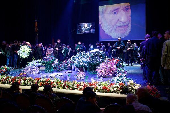 Большую часть творческой жизни Гиви Берикашвили посвятил работе в Тбилисском государственном драматическом академическом театре им. Котэ Марджанишвили, на сцене которого и прошла гражданская панихида - Sputnik Грузия