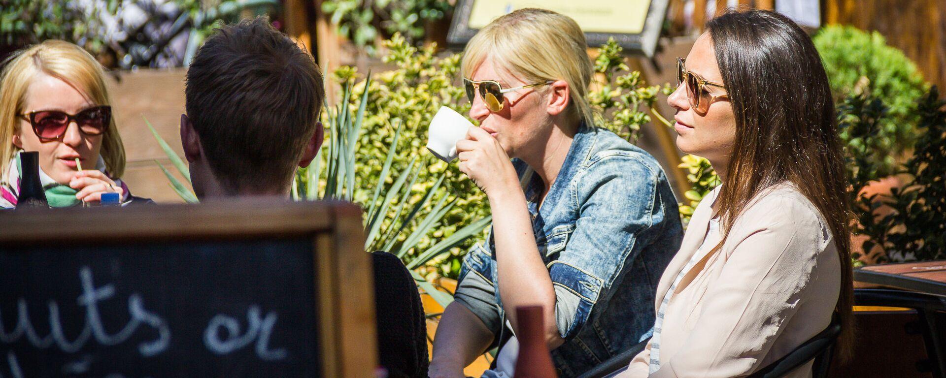 Девушки пьют кофе в тбилисском уличном кафе - Sputnik Грузия, 1920, 05.09.2021