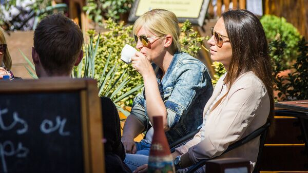 Девушки пьют кофе в тбилисском уличном кафе - Sputnik Грузия