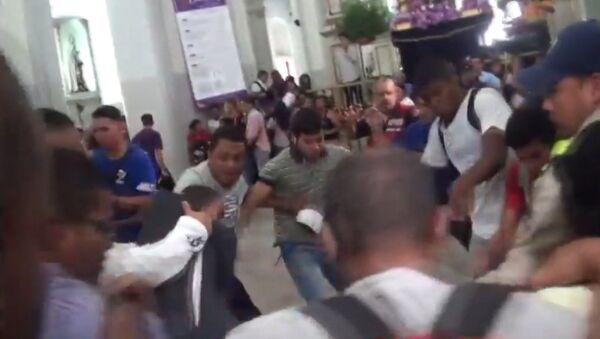 Сторонники и противники Мадуро подрались в церкви во время мессы - Sputnik Грузия