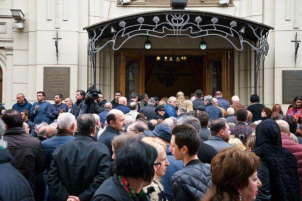 Проститься с Гиви Берикашвили пришли сотни человек, среди них известные творческие деятели, представители общественности, политики, члены правительства, депутаты грузинского парламента - Sputnik Грузия