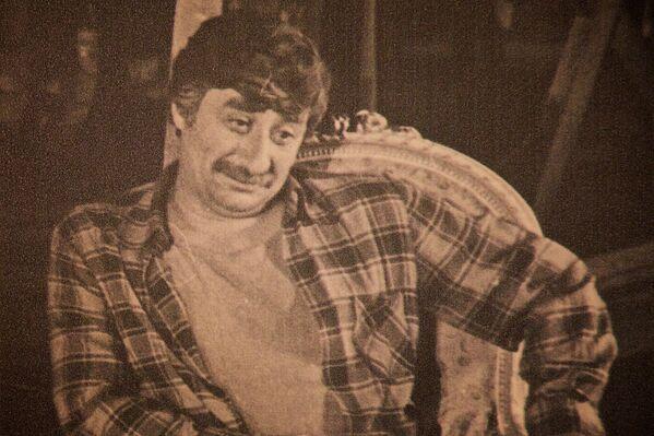 Один из портретов актера Гиви Берикашвили, которые были установлены в фойе театра им.Марджанишвили во время гражданской панихиды - Sputnik Грузия